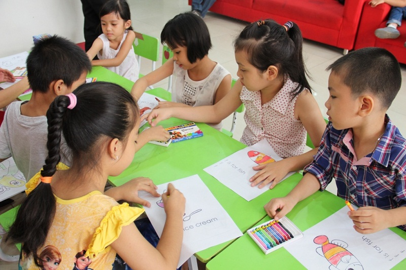 The children color pictures in