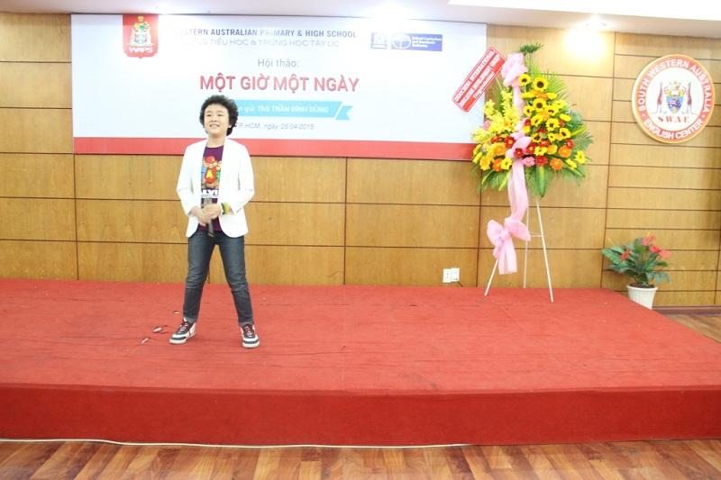 Nguyen Hoang Anh gives a lively cultural performance