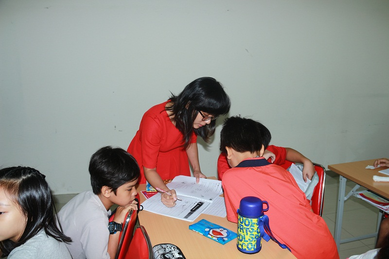 Ms. Quynh Vy – a teacher assistant, is supporting the students